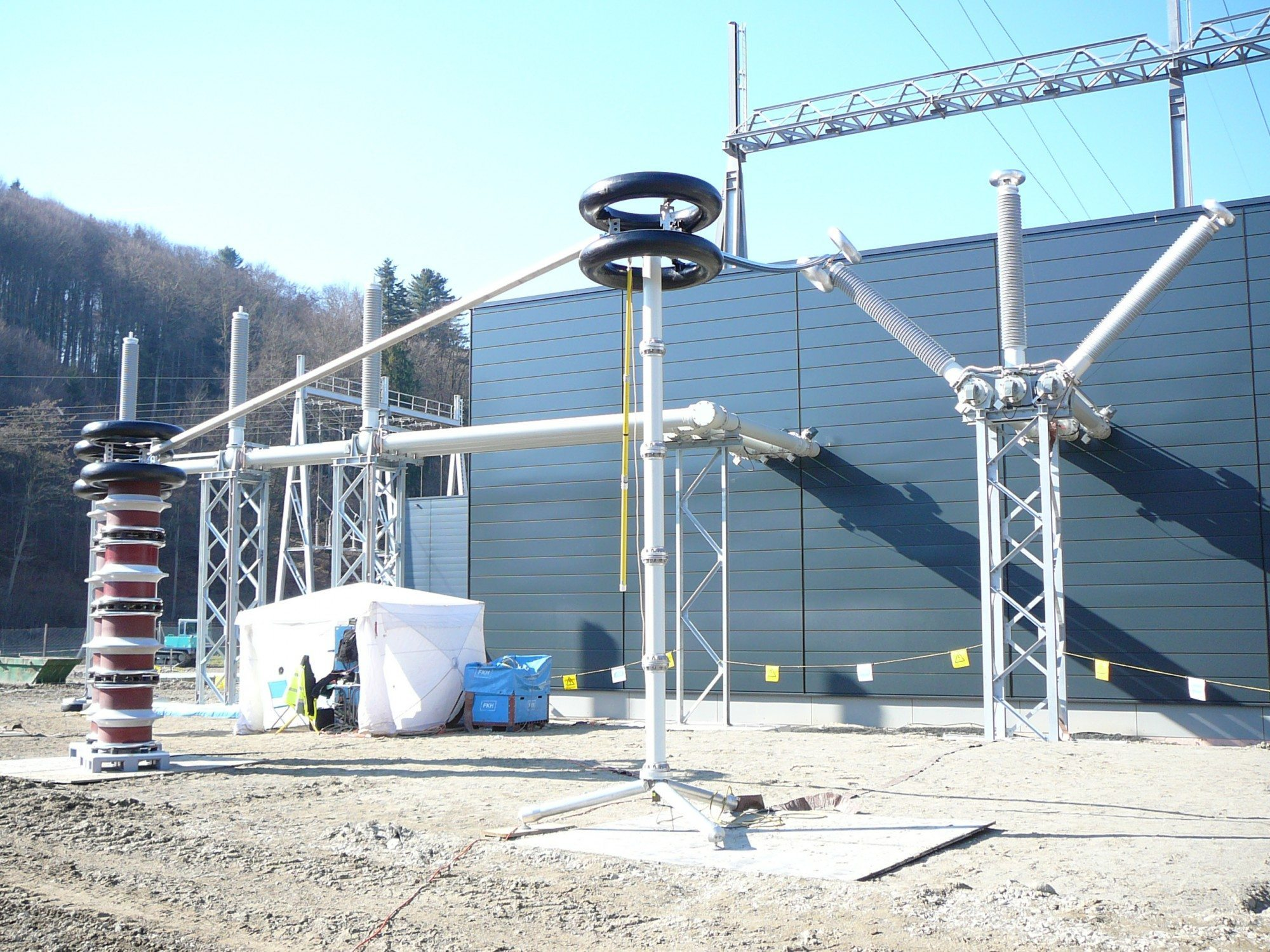 On-site testing of a 380 kV GIS; voltage generated via a resonant circuit