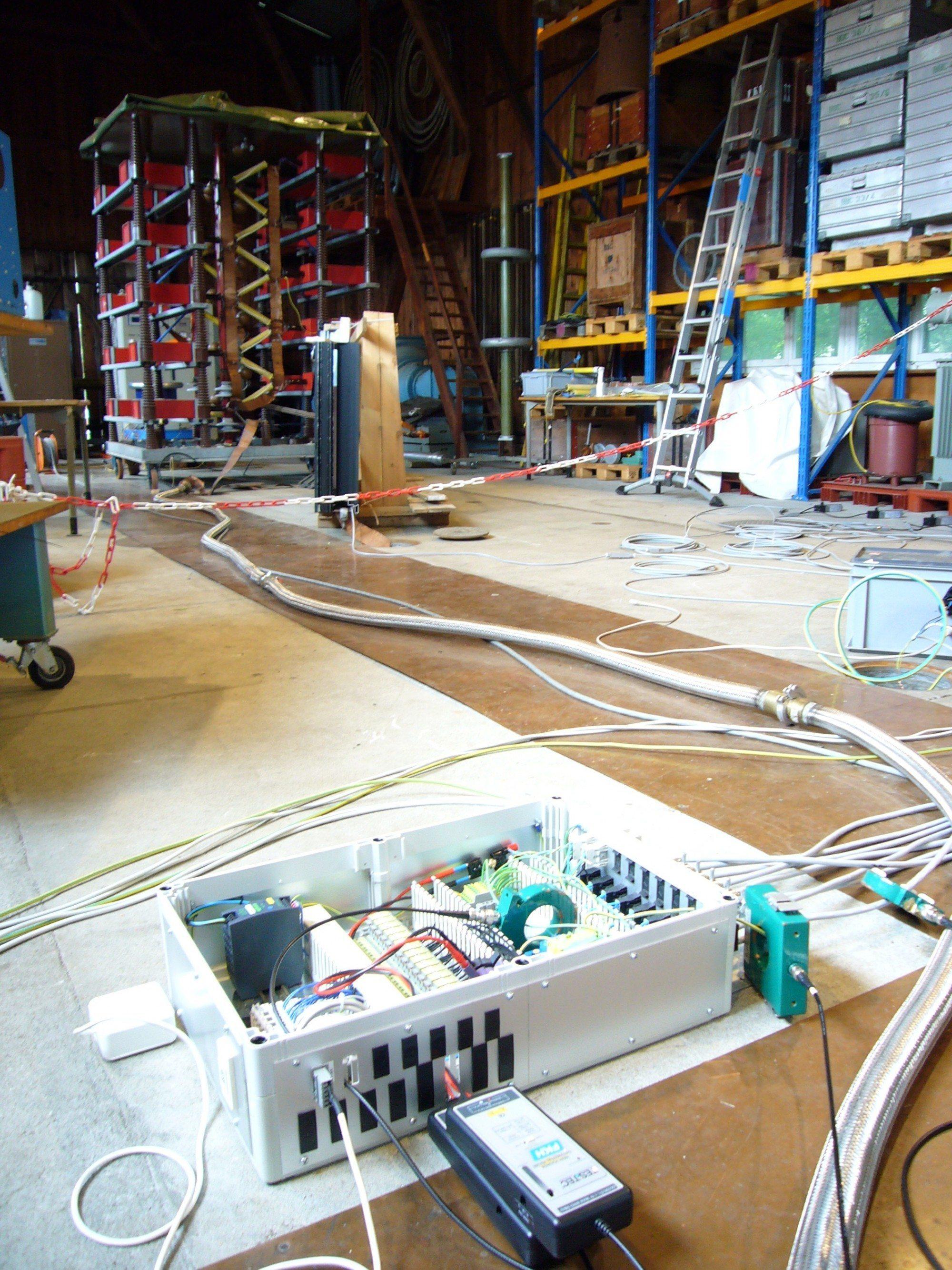 Vue d'ensemble de l'installation d'essai avec générateur de courant de choc, cadre de fenêtre avec commande de stores
